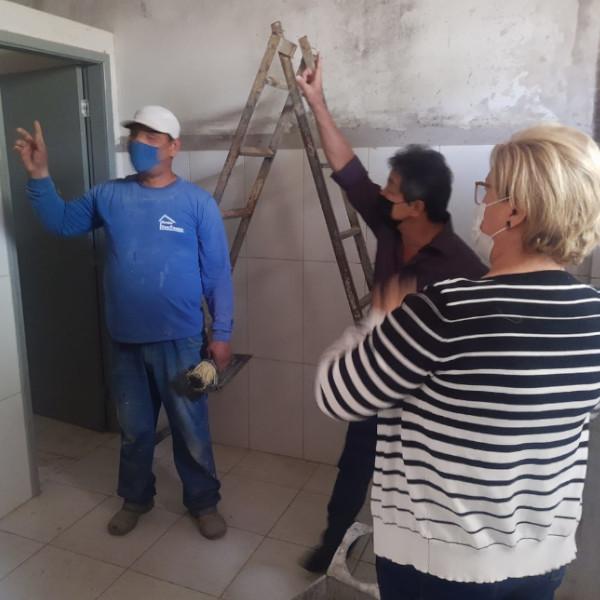 Prefeito visita obras nas escolas Therezinha e Dona Cota