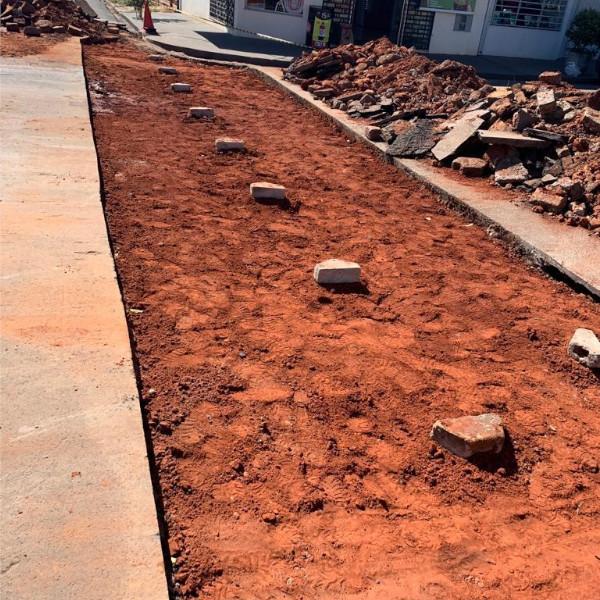 Trecho na Avenida Brasil recebe dois sarjetões para corrigir desnível acentuado