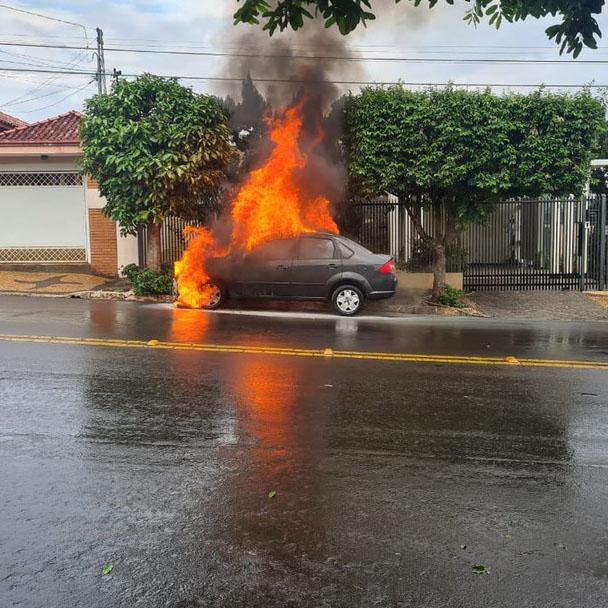 Carro pega fogo, motorista consegue parar veículo e crianças saem ilesas