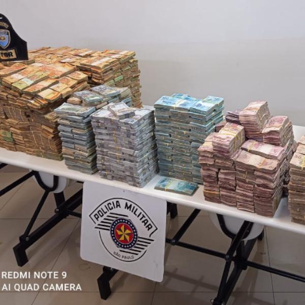 Polícia apreende quase R$ 12 milhões escondidos em fundo falso de caminhão